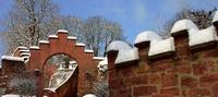 verschneite Burgmauern
