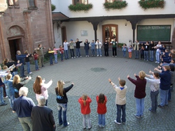 Pfadfindergruppe im Burghof